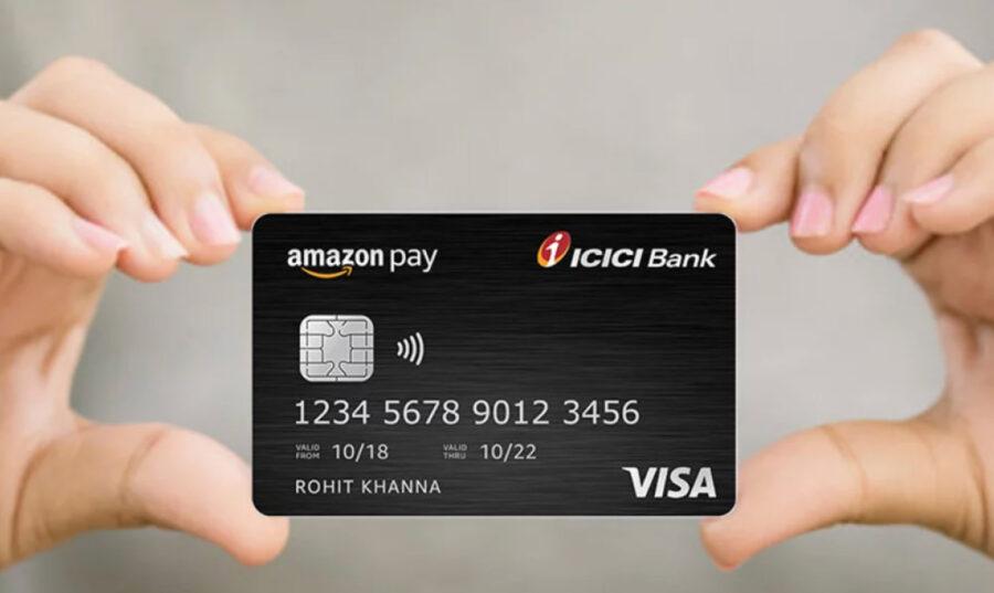 Mano mostrando una tarjeta bancaria de Amazon.