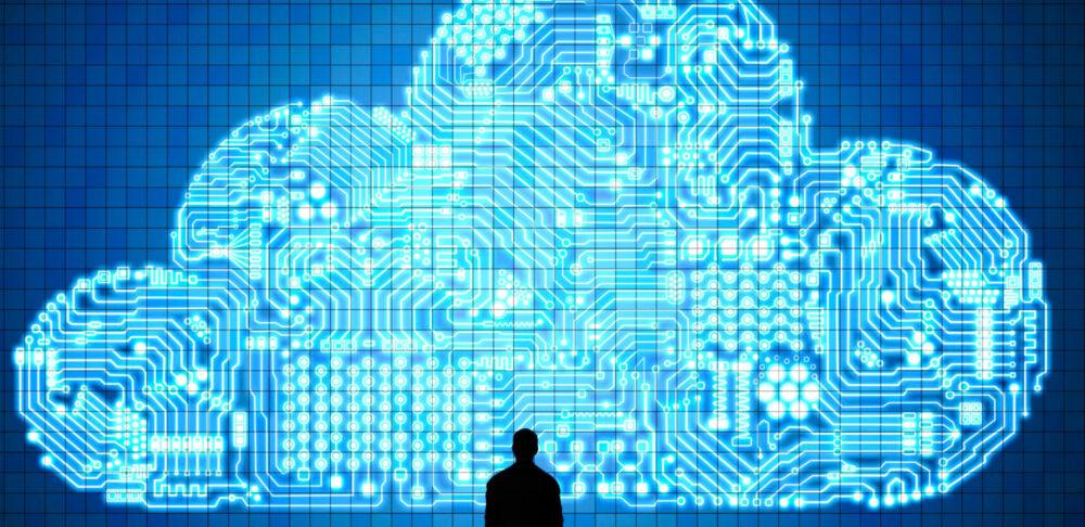 Hombrem irando una nube confeccionada con circuitos
